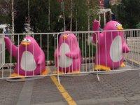 """Фото дня: В Москве """"арестовали"""" розовых пингвинов"""