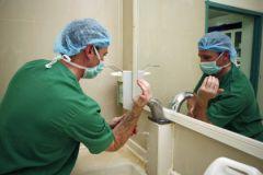 Работники больниц подвергают риску здоровье пациентов из-за зараженной спецодежды