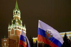 Российские флаги на фоне Кремля