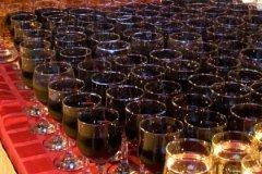 Отдых на курорте предполагает некий «расслабон»: почему бы не пропустить бокальчик доброго красного вина?