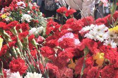 Неизвестные облили чёрной краской памятник поверх цветов