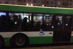 Полицейские в автобусе около места на Тверской улице, где задержали Навального