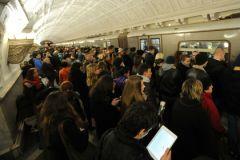 Мужчина, бросившийся на рельсы московского метро, доставлен в реанимацию