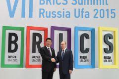 Президент Китая Си Цзиньпин и президент РФ Владимир Путина на саммите стран БРИКС в Уфе в 2015 году