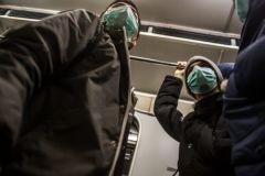 Москвичи в панике скупают в аптеках маски