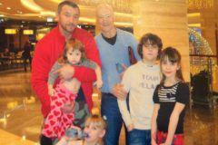 Максим Дрозд с отцом и детьми