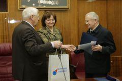 Владимиру Лапыгину (справа) вручают серебряную медаль имени академика Уткина