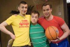 Алексей Гаврилов (слева) с коллегами по сериалу «Универ»