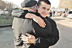 Дедушка три года мечтал обнять внука
