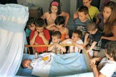 По данным всероссийской переписи населения 2010 года в стране насчитывается более 1,2 млн семей с тремя и более детьми
