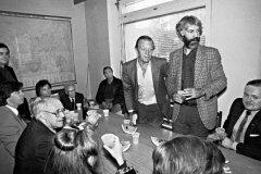 За столом произносили тосты «за демократию», «за Ельцина», «за новую Россию»