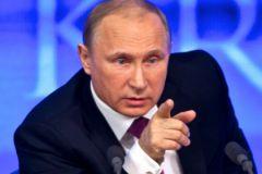 Владимир Путин тычет пальцем