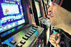 Человек у игрового автомата