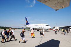 Туристы, направляющиеся к самолету