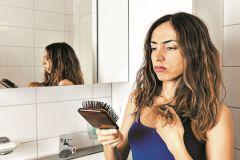 Если волосы выпадают слишком сильно, то лучше обратиться к врачу