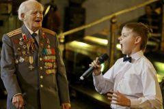 Мальчик поет ветерану ВОВ песню о Дне Победы