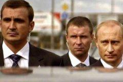 Предположительно губернатор Тульской области Александр Дюмин и губернатор Калининградской области Евгений Зиничев в бытность охранниками президента