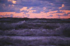 К необычному объекту по морскому дну тянется длинный след