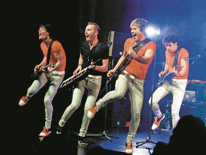 Участники группы на сцене полностью отдаются публике