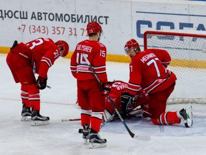 Игроки ХК «Автомобилист» во время матча против «Сочи»
