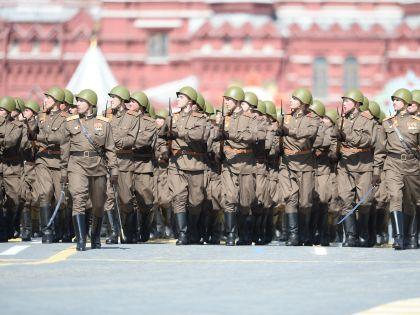 Подразделение в обмундировании времен войны с винтовками Нагана – Мосина («трёхлинейками»)