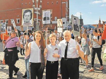 Память поколений и единение народа –  Мироновы на «Бессмертном полку» в Москве