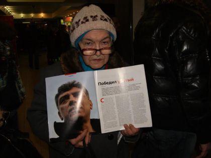 Старушка Ольга, которую все-таки пустили на фильм «Немцов»