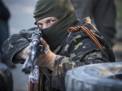 Вооруженные люди перекрывают дорогу в Донецке