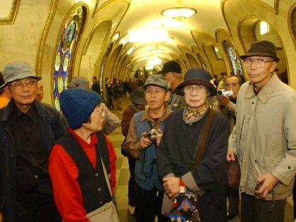 Туристы осматривают московское метро