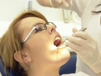 Не затягивайте с лечением кариеса и профессиональной чисткой зубов