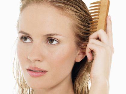 Наносите лимонную маску на мокрые волосы