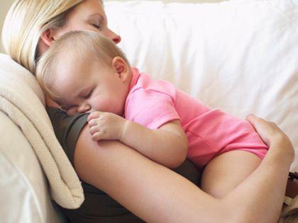 Спящие с младенцами мамы дольше кормят их грудью