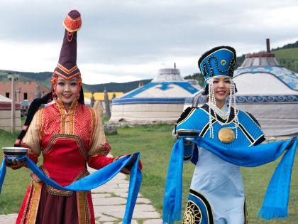 Монгольские девушки в национальных костюмах