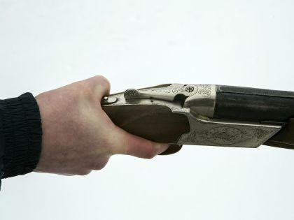 Подозреваемый рассказал, что он разозлился на своих знакомых, взял ружье из своей машины и расстрелял пять человек