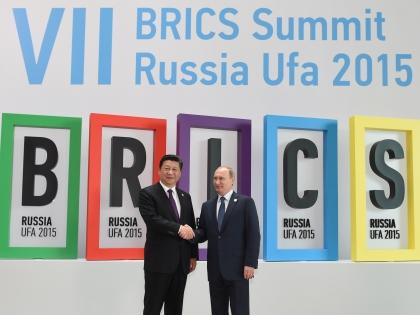 Лидеры Китая и РФ Си Цзиньпин и Владимир Путин на саммите БРИКС в Уфе