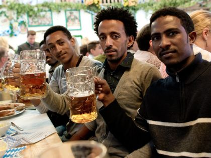 Беженцы из Эритреи на фестивале пива «Октоберфест»-2015