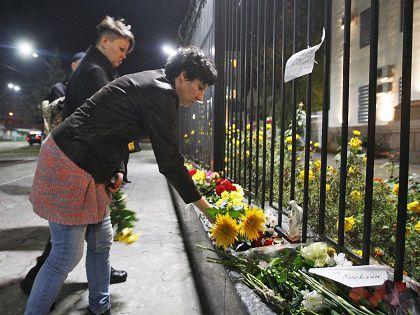К российскому посольству на Украине несут цветы