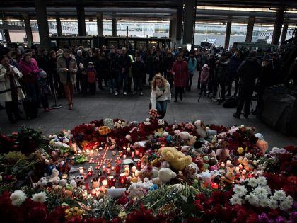 Сразу после новости о крушении А321 люди начали нести цветы в аэропорт «Пулково»