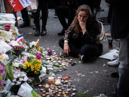 Импровизированный мемориал рядом с концертным залом «Батаклан» в Париже