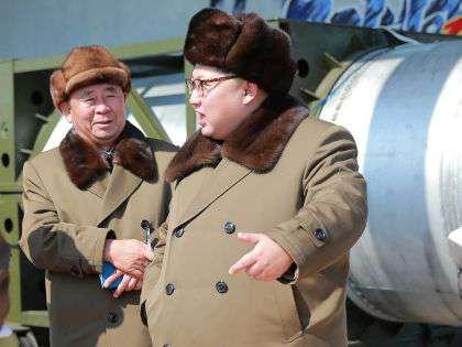 Ким Чен Ын (справа) во время инспекции на одном из заводов КНДР