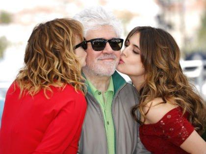 Педро Альмодовар с актрисами Адрианой Угарте и Эммой Суарес