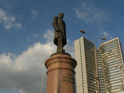 Памятник Столыпину в Москве стоит в двух шагах от Белого дома