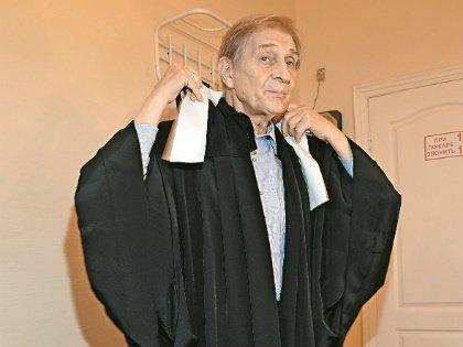 Актер примеряет сценический костюм из спектакля московского ТЮЗа «Свидетель обвинения»