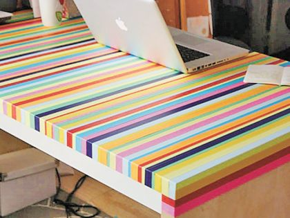 Разноцветная изолента сделает стол немного уютнее