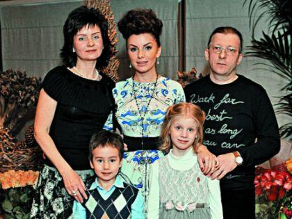 Юля Волкова с родителями и детьми
