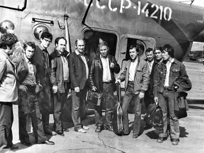 Владимир Высоцкий и группа пилотов