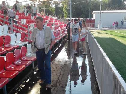 Главным событием футбольного вечера стал конфуз поливальной системы