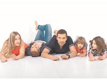 Евгения и Юрий с детьми – Яной, Вовой и Мартой. Автор снимка – старшая дочь Наташа, для которой когда-то был открыт их первый клуб
