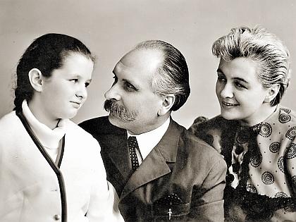 Ирина Шведова с родителями в детстве