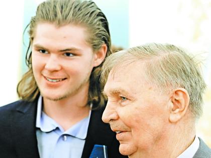 Виктор Васильевич Тихонов с внуком